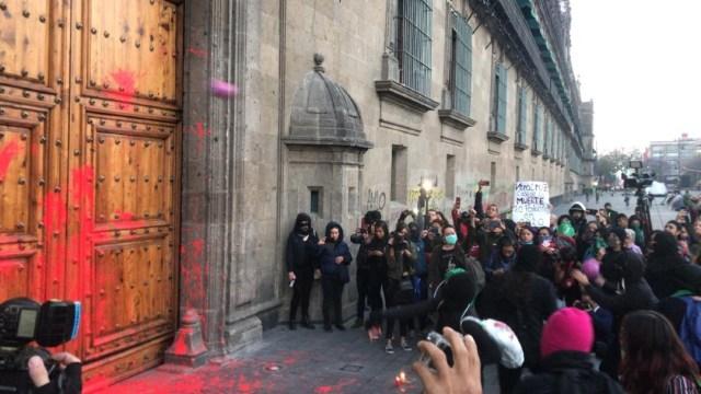 Foto: Grupos feministas realizan pintas en Palacio Nacional