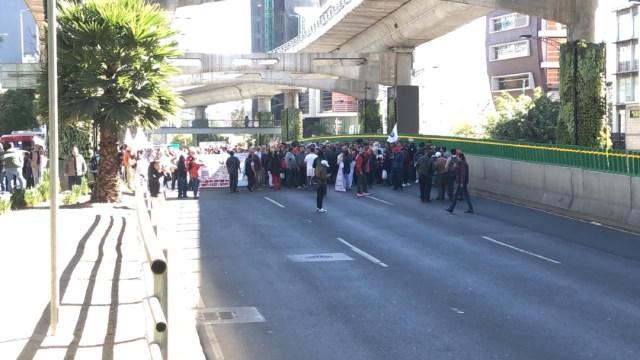 FOTO Manifestantes cierran carriles centrales de Periférico, en CDMX (Noticieros Televisa)