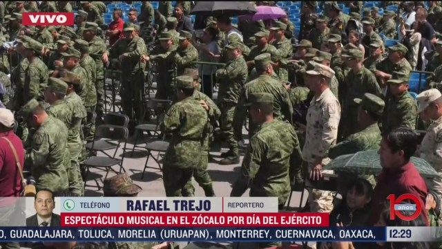 militares bailan durante festival musical por dia del ejercito mexicano