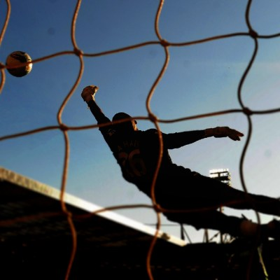 Muere árbitro tras agresión durante riña en campo de futbol