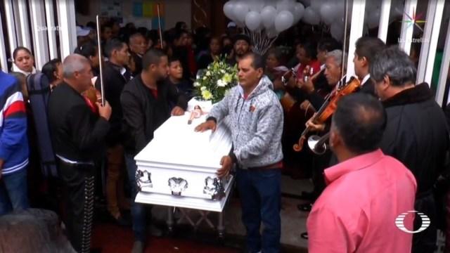 Foto: Sin importar la lluvia, decenas de familias acompañaron al cortejo fúnebre, mismo que pasó a unas cuadras del local donde ocurrió el ataque el lunes pasado