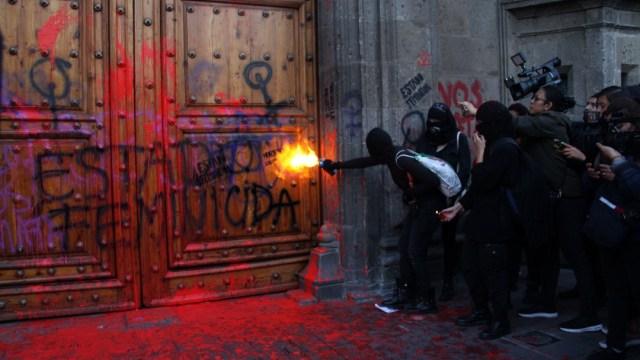 Foto: Grupos feministas pintando las puertas dePalacio Nacional, 26 febrero 2020