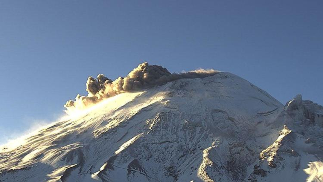 FOTO Popocatépetl e Iztaccíhuatl amanecen cubiertos de nieve (Cenapred)