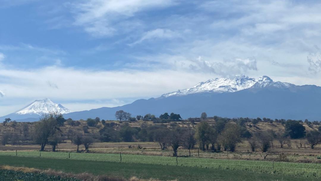 FOTO Popocatépetl e Iztaccíhuatl amanecen cubiertos de nieve (Twitter Patricia Vázquez)