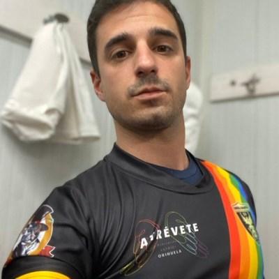 Portero de fútbol responde a los insultos homofóbicos de hinchas en las gradas
