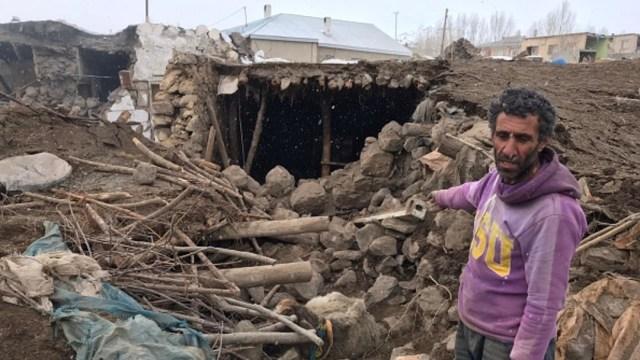 Foto: Un hombre muestra su hogar derrumbado tras el sismo con epicentro en Irán, 23 febrero 2020
