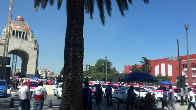 FOTO Taxistas CDMX acuerdan diálogo, se retiran del Monumento a la Revolución (Noticieros Televisa)