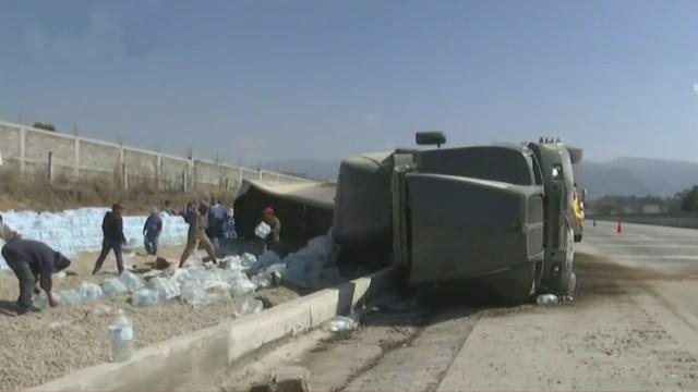 Foto: Un tráiler que transportaba agua embotellada volcó en la autopista México-Puebla, 13 febrero 2020