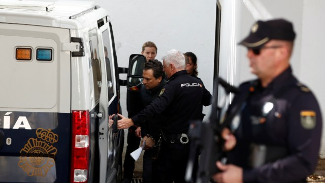FOTO Trasladan a Emilio Lozoya a Madrid; en la imagen, traslado a juzgado en días anteriores, en Málaga (Reuters)
