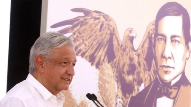 FOTO: AMLO practica medidas de sana distancia por coronavirus en Oaxaca, el 21 de marzo de 2020