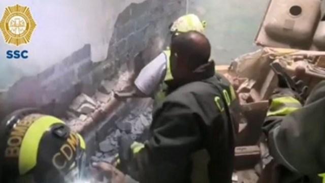 Foto: Bomberos rescatan a recién nacida de entre dos muros en la alcaldía Iztacalco, 4 marzo 2020
