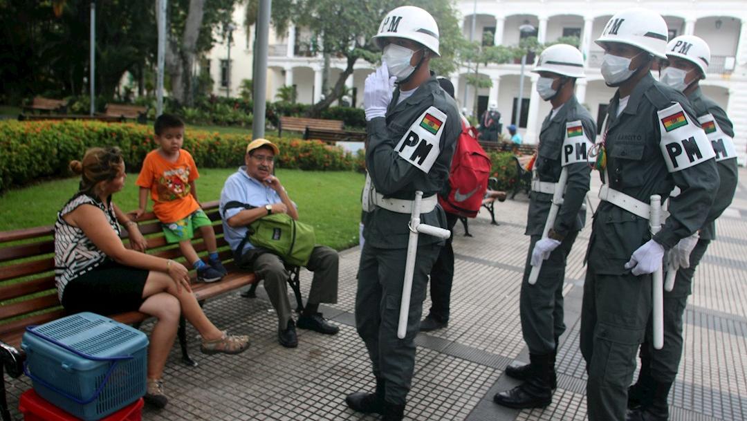 Soldados bolivianos patrullan el 18 de marzo de 2020 en la ciudad de Santa Cruz. (Foto: EFE)