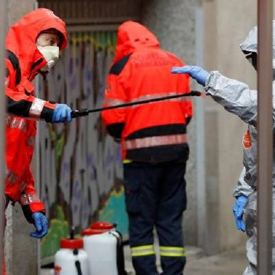 Un grupo de bomberos se desinfecta en España tras satinizar un asilo.(Foto: EFE)
