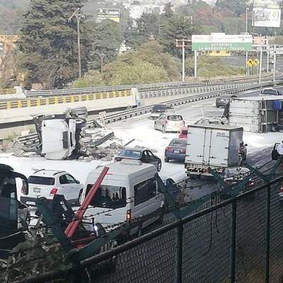 Choque de dos tráileres desquicia tráfico en la México-Toluca