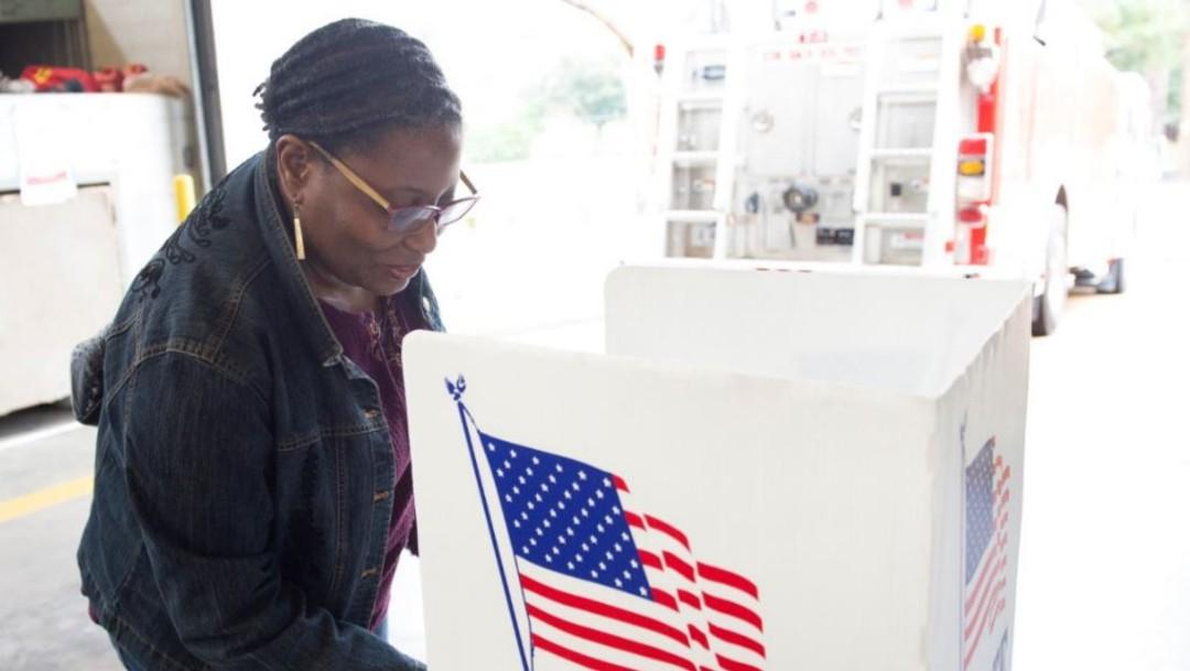 mujer vota en urnas en elecciones en Estados Unidos