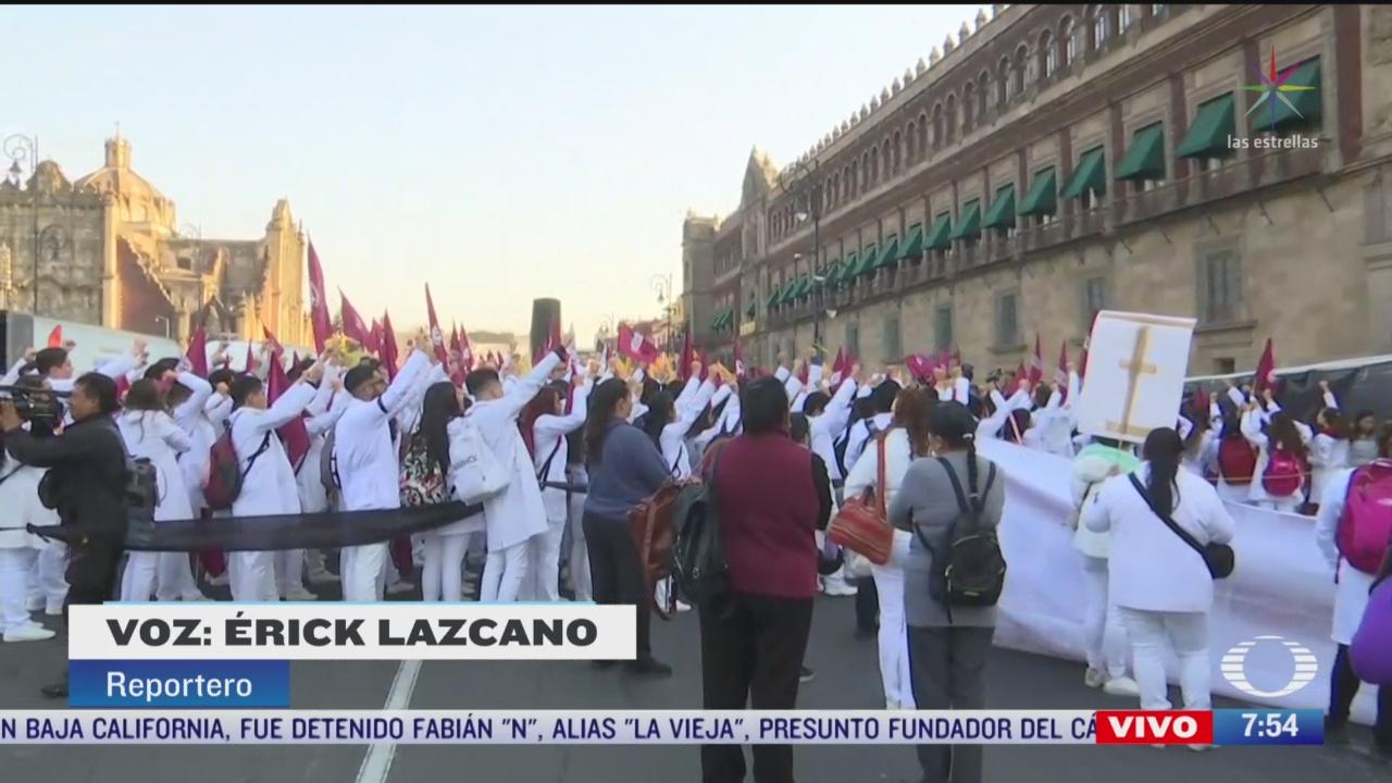 estudiantes de medicina se manifiestan afuera de palacio nacional cdmx