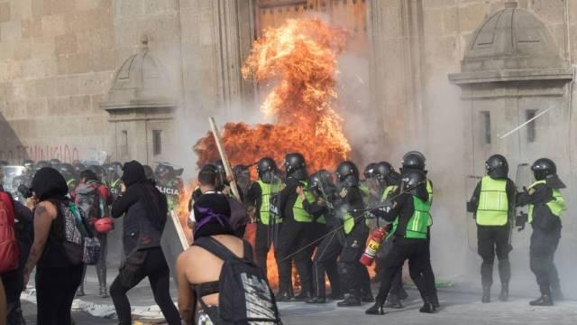 En el Zócalo mujeres encapuchadas tumbaron un tapial que protegía un escenario, pintaron paredes de Palacio Nacional y explotaron cohetones que provocó varias heridas. (Foto: Cuartoscuro)