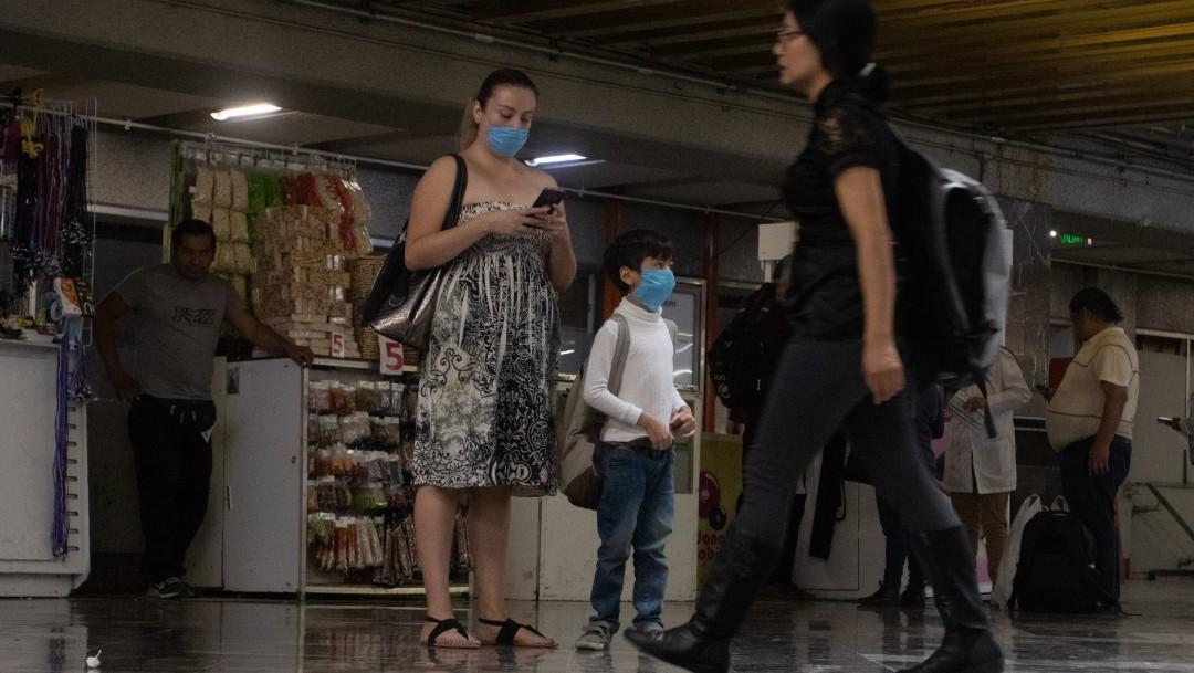 Foto: Una familia usa cubreboca en calles de la Ciudad de México. Cuartoscuro