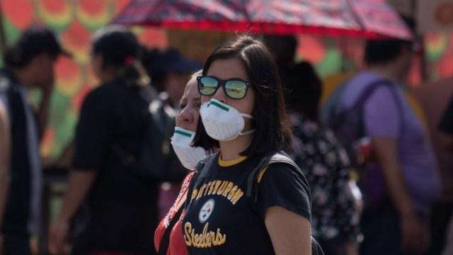 Foto: Mujeres usan cubre boca en calles de Ciudad de México. Cuartoscuro