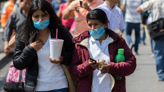 Foto: Señoras caminan por calles de la Ciudad de México usando cubre boca. Cuartoscuro