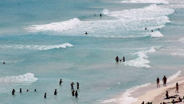 Foto Turistas descansan en una playa de Cancún. Cuartoscuro/Archivo