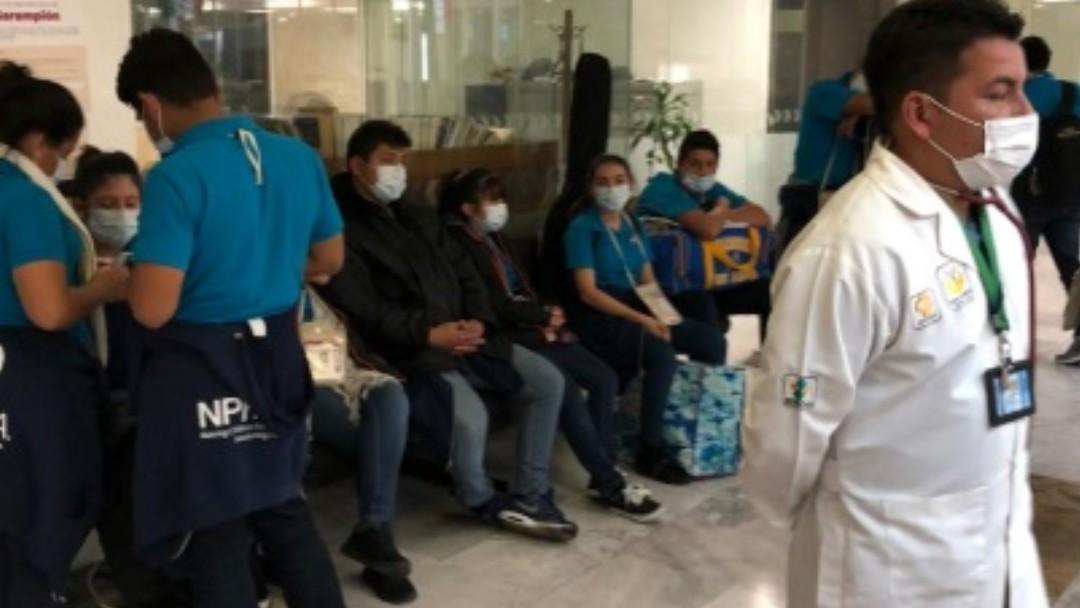 Foto: Autoridades sanitarias mexicanas atendieron a un grupo de salvadoreños en el AICM. Twitter/