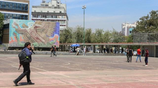 Foto: Hombres caminan por Ciudad Universitaria (CU). Cuartoscuro