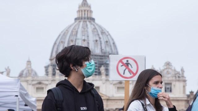 Foto: Turistas usan cubre boca en el Vaticano. Getty Images