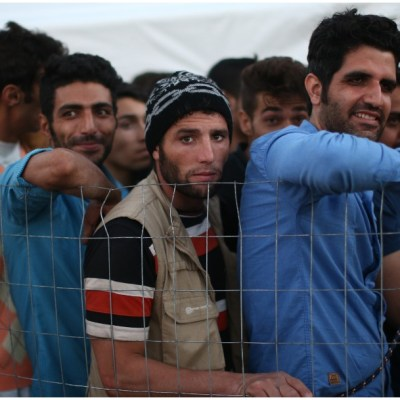 Decenas de personas incendian centro de inmigrantes en Grecia