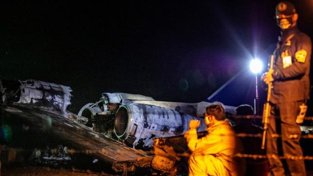 FOTO: Mueren 8 tras estrellarse avión que trasladaba a enfermo de coronavirus de Manila a Japón