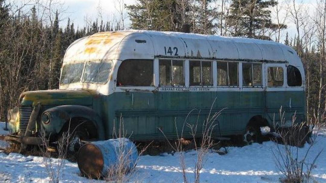 Turistas arriesgan la vida por visitar un autobús abandonado