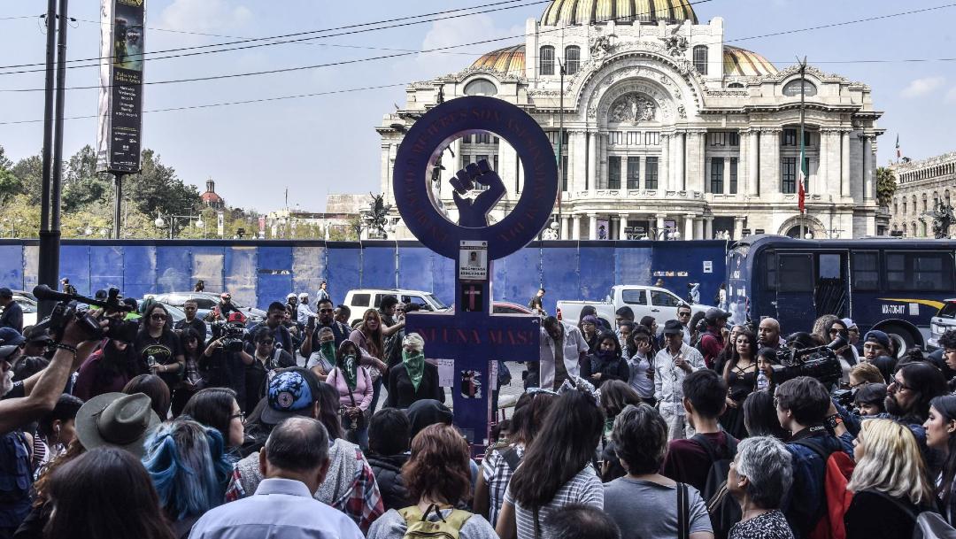 """Foto: Mujeres de grupos colectivos feministas se reunieron en el Antimonumenta """"Vivas Nos Queremos"""", 6 marzo 2020"""