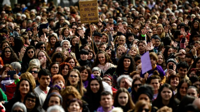 En Pamplona, España, mujeres se reúnen en la Plaza del Castillo durante el Día Internacional de la Mujer, 8 MARZO 2020