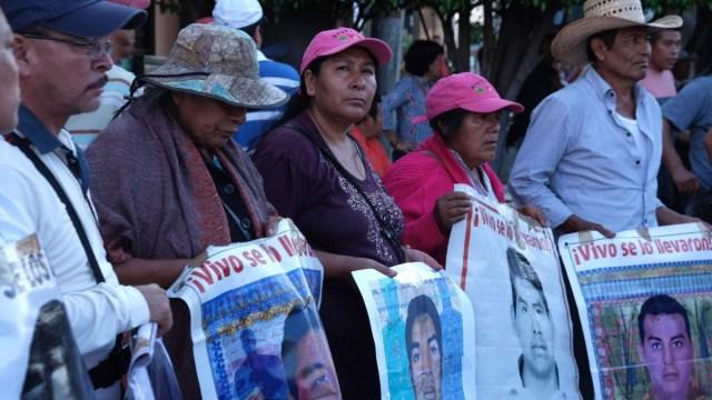 Por caso Ayotzinapa detienen a funcionario de FGR