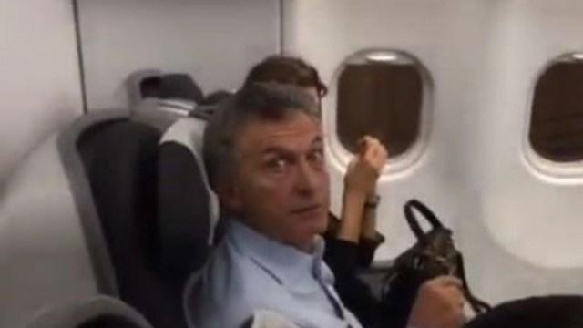 Foto: El expresidente de Argentina Mauricio Macri durante un vuelo comercial