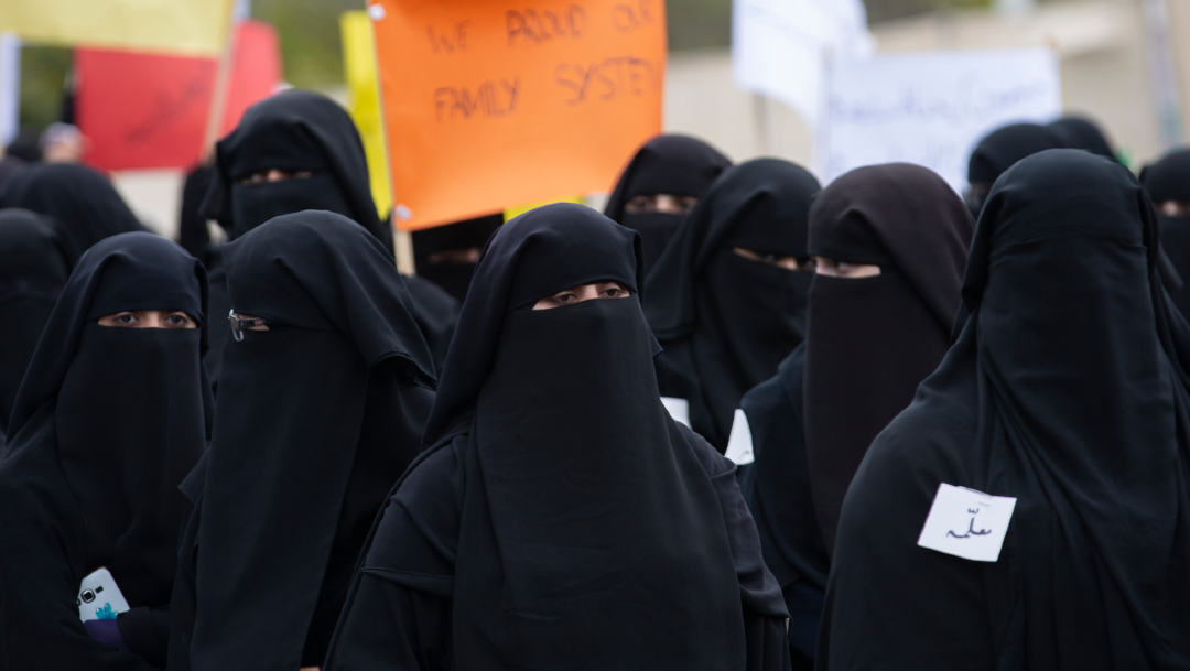 Estudiantes y profesores de una escuela religiosa celebran el Día Internacional de la Mujer en un mitin en Islamabad, Pakistán.
