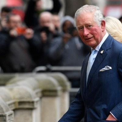 Príncipe Carlos de Inglaterra deja el aislamiento tras coronavirus