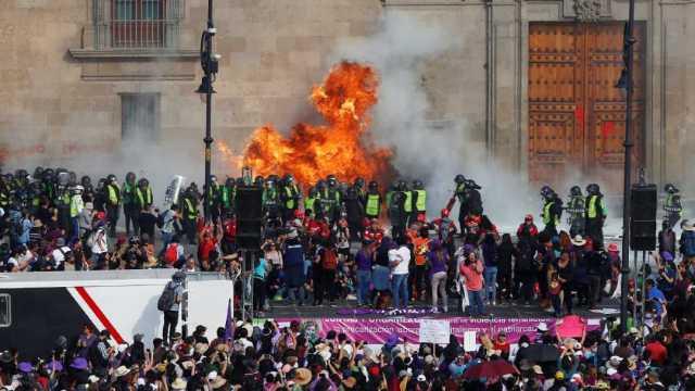 Foto: Prenden fuego en las afueras de Palacio Nacional, 8 de marzo de 2020 (Reuters)
