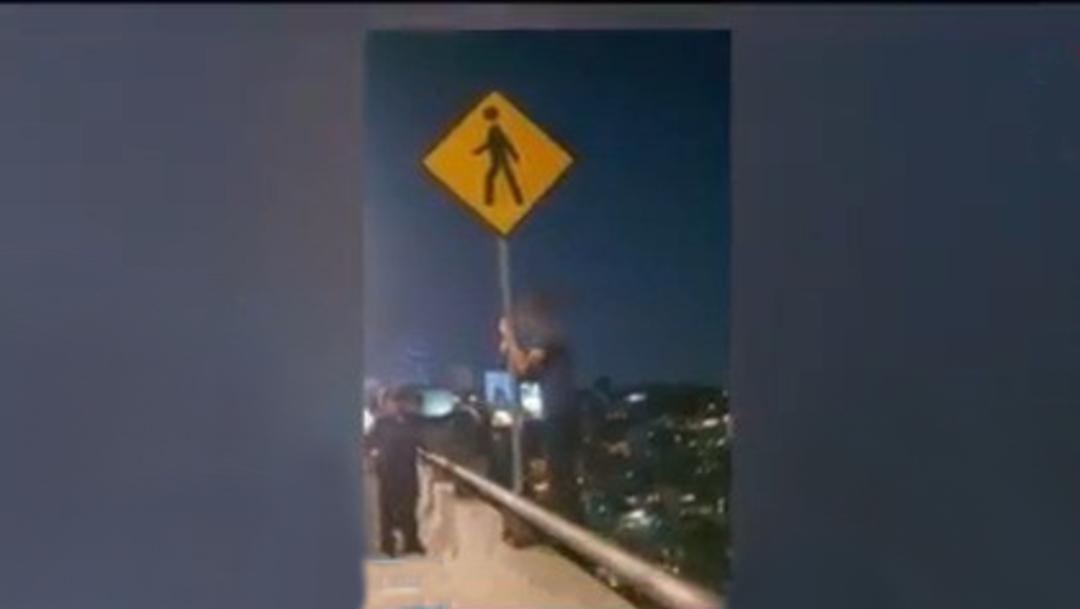 Policías de la Secretaría de Seguridad Ciudadana evitaron que un joven se arrojara de un puente vehicular en la Ciudad de México, (Foto: Tomada de video)