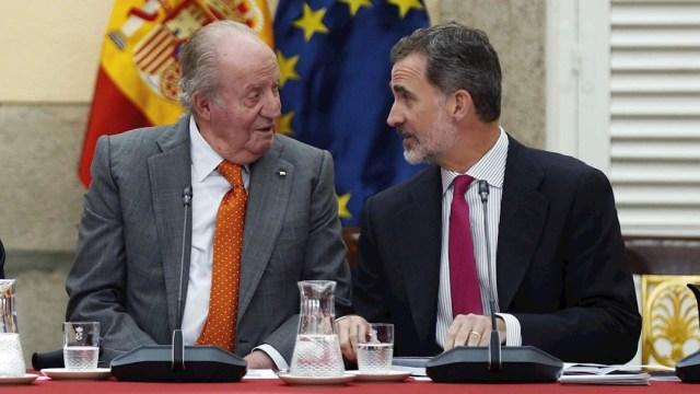 El rey Felipe VI (d) junto a su padre, el rey emérito Juan Carlos I, 15 marzo 2020