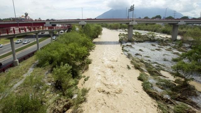 Hallan cuerpo de mujer en río Santa Catarina de NL