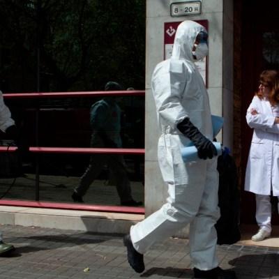 Bajan ligeramente contagios por coronavirus en España; aumentan muertos