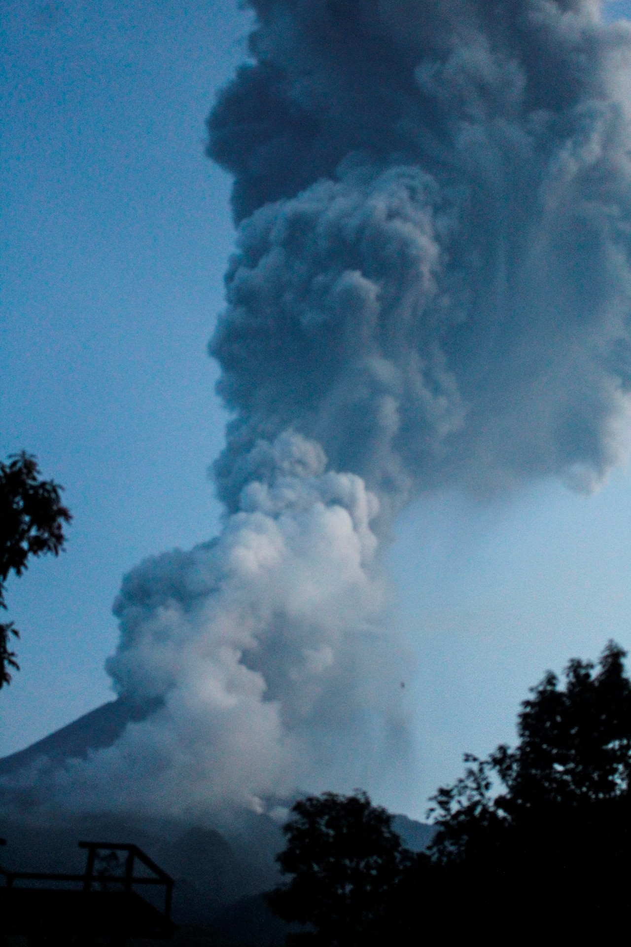 Volcán Merapi, en Indonesia, entra en erupción