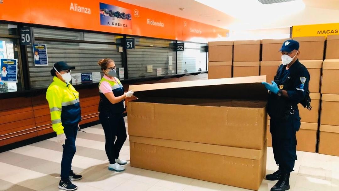 Ecuador: ataúdes de cartón para enterrar a los muertos por COVID-19