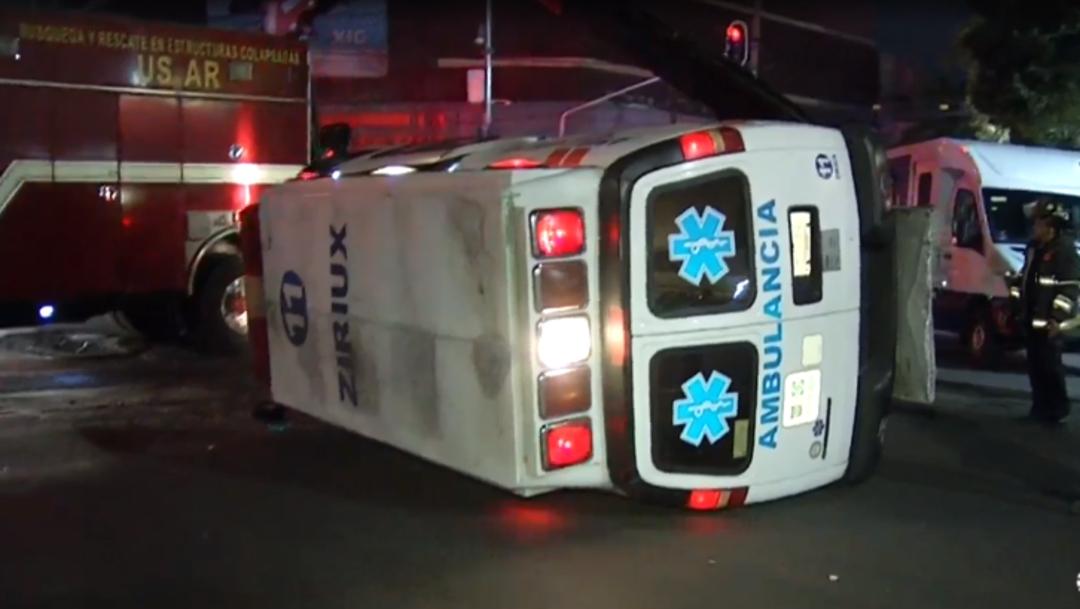 FOTO: Choque entre camioneta y ambulancia deja varios lesionados en CDMX, el 01 de abril de 2020