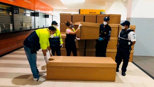 FOTO: Guayaquil comienza a repartir ataúdes de cartón ante crisis de los cadáveres, el 5 de abril de 2020