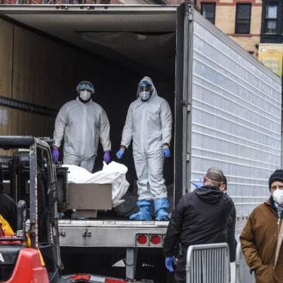 FOTO: Ecuador usa contenedores refrigerados como morgues mientras se disparan muertos por coronavirus, el 4 de abril de 2020