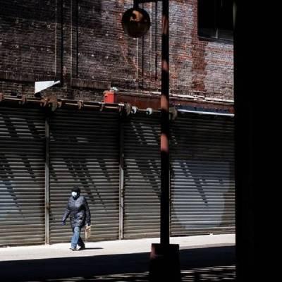 Un hombre camina por las calles de Nueva York donde miles de negocios están cerrados por el coronavirus. (Foto: EFE)