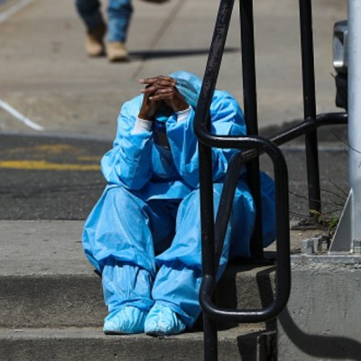 Foto: Un médico descansa en la calle. Getty Images