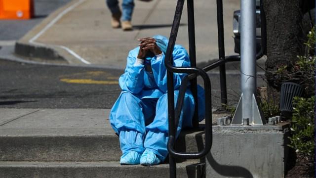Foto: Un médico descansa en la calle. Getty Images